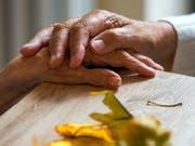 Zwei Bewohnerinnen in einer Wohngemeinschaft für Demenzkranke halten sich die Hände - die Zahl der Demenzkranken werde voraussichtlich von derzeit knapp 50 Millionen bis zum Jahr 2050 auf 152 Millionen wachsen, sagt die WHO. (Bild: Keystone/DPA-Zentralbild/Z1003/_JENS BÜTTNER)