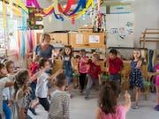 Im Kanton St. Gallen müssen Kindergarten-Lehrpersonen unbezahlte Pausenaufsicht leisten. Dies sei diskriminierend, hat die Verwaltungsrekurskommission (VRK) entschieden und eine Klage des kantonalen Lehrerinnen- und Lehrerverbands gutgeheissen (Archivbild). (Bild: KEYSTONE/CHRISTIAN BEUTLER)