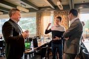 HSG-Student und Skispringer Simon Ammann im Gespräch mit dem Nesslauer Gemeindepräsidenten Kilian Looser (links) und dem St.Galler Bauchef Marc Mächler (rechts) (Bild: Adriana Ortiz Cardozo).