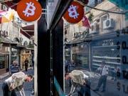 Die derzeitige Bergfahrt der Digitalwährung Bitcoin beschleunigt sich weiter. Im Bild eine Bitcoin-Wechselstube im Grossen Basar in Istanbul. (Bild: KEYSTONE/EPA/SEDAT SUNA)