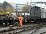 Zum Zusammenstellen von Güterzügen braucht es künftig dank automatischen Kupplungen und anderen Systemen immer weniger Rangierarbeiter. (Bild: Keystone/WALTER BIERI)