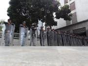 Polizisten blockieren am Dienstag in Caracas den Zugang zum Parlament. (Bild: KEYSTONE/EPA EFE/RAUL MARTINEZ)