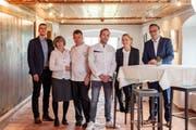 Von links: André Deplazes, Leiter Amt für Hochbau, Cornelia Gisler, René Gisler, Benjamin Günzler, Vanessa Baumann und Baudirektor Roger Nager. (Bild: PD)