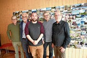 Fünf Fotografen präsentieren im Kulturraum Kägiswil ihre fotografische Sichtweise (von links): Toni Durrer, Armin Wey, Samuel Büttler und Kurt Imfeld sowie Hermann Bürgi. (Bild: Romano Cuonz (Kägiswil, 11. Mai 2019))