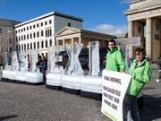 Greenpeace-Aktivisten demonstrierten mit Eisblöcken vor dem Brandenburger Tor gegen Untätigkeit beim Klimaschutz. (Bild: Keystone/DPA/BERND VON JUTRCZENKA)
