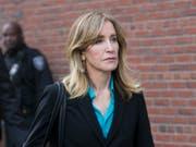 Die US-Schauspielerin Felicity Huffman hat sich am Montag für schuldig bekannt, Schmiergeld im US-Hochschulskandal gezahlt zu haben. (Bild: KEYSTONE/EPA/KATHERINE TAYLOR)