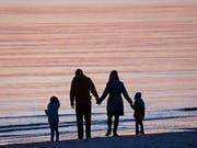 Zum Tag der Familie: Gemäss EU-Statistik hat diese Familie gute Chancen, dass sie in dreissig Jahren immer noch gemeinsam unter demselben Dach lebt. Denn in Europa wohnen fast 30 Prozent der 25- bis 34-Jährigen noch im «Hotel Mama». Die Schweiz fungiert im unteren Mittelfeld. (Bild: Keystone/DPA-Zentralbild/Z1017/_BERND WÜSTNECK)