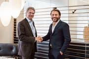 Der abtretende Rüegg-Naegeli-Chef Stefan Stieffel (links) übergibt vertretend für die Aktionäre das Unternehmen an den neuen Inhaber Patrick Waldis (rechts). (Bild: PD)