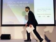 Nissan-Chef Hiroto Saikawa muss an der Bilanz-Medienkonferenz eine Halbierung des Gewinns bekanntgeben. (Bild: KEYSTONE/AP/KOJI SASAHARA)
