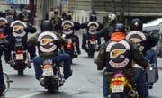 """Rund 25'000 Biker begeben sich ins Zentrum der Stadt Bern, um an der Toeff Demo """"Pro Moto"""", am Samstag, 17. Mai 2003 zu protestieren. Verschiedene Motorradclubs (MC) wie zum Beispiel die Hells Angels, kuemmern sich nicht um das Verbot, die Innenstadt zu befahren, und preschen mit ihren Motorraedern vor dem Bundehaus vorbei, stadtauswaerts. (KEYSTONE/Edi Engeler) === ELECTRONIC IMAGE ==="""