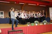 Der Gemischte Chor überraschte die Mitglieder der Frauengemeinschaft mit ihren Liedern. (Bild: PD)