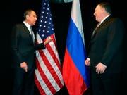 US-Aussenminister Mike Pompeo (rechts) wird am heutigen Dienstag in Russland erneut auf seinen russischen Amtskollegen Sergej Lawrow treffen. (Bild: KEYSTONE/AP POOL AFP/MANDEL NGAN)