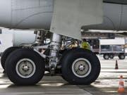 Der blinde Passagier versuchte, sich im Fahrwerk eines Frachtflugzeuges zu verstecken. (Bild: Keystone/GAETAN BALLY)