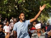 Nach der Einigung des Militärs und der Opposition im Sudan auf eine Teilung der Macht ist die Gewalt am Montagabend wieder aufgeflammt. (Bild: KEYSTONE/AP/SALIH BASHEER)