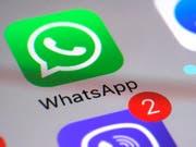 Durch die Sicherheitslücke bei den Anrufen über Whatsapp konnten Hacker eine Überwachungssoftware auf dem Handy der Benutzer einrichten. (Bild: KEYSTONE/AP/PATRICK SISON)