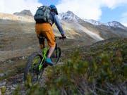 Der Verkauf von E-Mountainbikes ist im vergangenen Jahr um über 50 Prozent auf rund 54'000 Stück angestiegen. (Bild: KEYSTONE/GIAN EHRENZELLER)