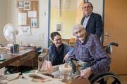 Oskar Isenschmid, mit Pflegedienstleiterin Regula Wisler und Heimleiter Leo Müller, wohnt seit Eröffnung im Dösselen. (Bild: Boris Bürgisser, 14. Mai 2019)