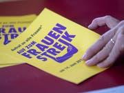 Alles bereit für den Frauenstreik: Die Flugblätter sind gedruckt. (Bild: KEYSTONE/MARCEL BIERI)