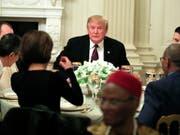 US-Präsident Donald Trump hat sich am Montagabend bei einem Abendessen zuversichtlich für eine Lösung des Handelsstreits mit China gezeigt. (Bild: KEYSTONE/AP/MANUEL BALCE CENETA)