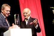 Anton Mosimann freut sich über die Auszeichnung, die er von GastroSuisse-Präsident Casimir Platzer erhält. (Bild: Donato Caspari)