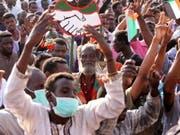 Sudanesische Protestanten demonstrieren weiter vor dem Armee-Hauptquartier in Khartum. (Bild: Keystone/EPA/STRINGER)