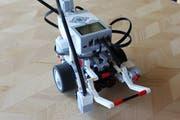 Der Roboter ist so konzipiert, dass er eigenständig an ein Ziel fahren und dort eine Lampe auswechseln kann.