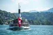 Das Dampfschiff Uri der SGV bei der Abfahrt von der Landungsbrücke 1 in Luzern. (Bild: Dominik Wunderli, Luzern, 14. Mai 2019)