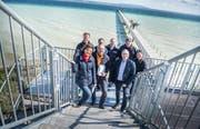 Mitglieder des OKs der Gewa Altnau posieren auf dem acht Meter hohen Turm, der für die Ausstellung gebaut wurde. Sie freuen sich, dass es bald los geht. (Bild: Andrea Stalder)