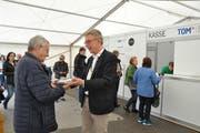Er war der erste von fast 16'000 Besucherinnen und Besucher. Peter Kroll begrüsste am Freitagmittag den allersten Gast der TOM 2019 mit einem kleinen Präsent. (Bild: Sabine Camedda)