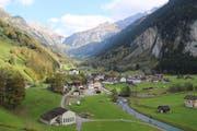 Das Dorf Unterschächen im Herbst.