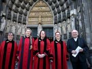 Die ersten vier Domschweizerinnen im Kölner Dom. (Bild: Keystone/DPA/OLIVER BERG)