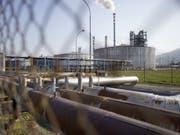 Rückbau ab 2020: Die Raffinerie in Collombey-Muraz war eine von zwei Schweizer Raffinerien und verarbeitet Rohöl zu verschiedenen Treibstoffen wie Benzin und Diesel sowie zu Heizöl. (Bild: Keystone/MARTIN RUETSCHI)
