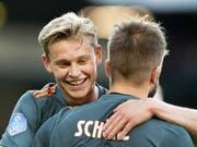 Frenkie de Jong herzt 1:0-Torschütze Lasse Schöne (Bild: KEYSTONE/EPA ANP/OLAF KRAAK)
