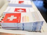 Ab 1. Juni können Rumänen und Bulgaren im Rahmen des freien Personenverkehrs ohne Beschränkung in die Schweiz ziehen. Im Bild Informationsbroschüren in Graubünden für neu Zugezogene. (Bild: KEYSTONE/GAETAN BALLY)