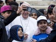 Nach der Fahrt mit dem Papamobil gab für die Kinder aus Syrien, Nigeria und dem Kongo noch ein Selfie mit dem Papst. (Bild: Keystone/EPA ANSA/ANGELO CARCONI)