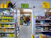 Online-Shopping befindet sich in der Schweiz zwar auf dem Vormarsch, das «Lädeli» hat aber noch nicht ausgedient. Die Mehrheit der Schweizer kauft immer noch hauptsächlich im Laden ein. (Bild: KEYSTONE/GAETAN BALLY)