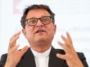 Von vorehelichem Sex bis zur Personalsituation in der katholischen Kirche: Der Bischof von Basel, Felix Gmür, stellte sich in Luzern den kritischen Fragen der Synode. (Bild: KEYSTONE/ENNIO LEANZA)