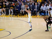 Stephen Curry bei einem seiner drei Punkte (Bild: KEYSTONE/EPA/JOHN G. MABANGLO)