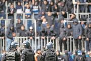 Luzerner Polizisten sichern das Stadion vor den GC-Fans im Fussball-Meisterschaftsspiel der Super League zwischen dem FCL und GC am vergangenen Sonntag. (Bild: Ennio Leanza/Keystone, 12. Mai)