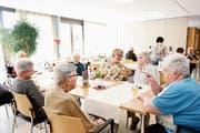 Im Restaurant des Lindenparks herrscht lockere Stimmung, es wird über das Jubiläum geredet. In der Bildmitte ist die Leiterin Margrit Lötscher zu sehen. (Bild: Stefan Kaiser, Hünenberg, 14. Mai 2019)