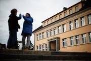 Das Schulhaus Sunnegrund 1 wird umgenutzt, was aber nicht der Grund für die Tariferhöhung ist. (Bild: Stefan Kaiser, Steinhausen, 3. November 2015)