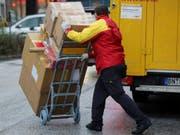 Künftig sollen die grossen Zustelldienste in Deutschland für mögliche Schummeleien ihrer Vertragspartner haften. Das soll zu einer Verbesserung der Arbeitsbedingung der Paketboten führen. (Bild: Keystone/DPA/MALTE CHRISTIANS)