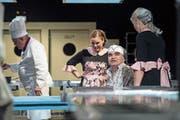 Hauptprobe der Bühne Amt Entlebuch mit dem Stück «Die Küche». Auf dem Bild zu sehen sind von links: Karin Zemp (als Kellnerin Winnie), Mohammed Ahmad (als Küchengehilfe Ciwan) und Vreni Müller (als Kellnerin Betty). (Bild: Pius Amrein, Heiligkreuz, 14.Mai 2019)