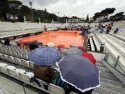Rom im Regen: Die Federer-Fans gedulden sich am Mittwoch vergebens (Bild: KEYSTONE/EPA ANSA/RICCARDO ANTIMIANI)