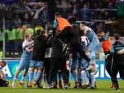 Ekstase im Römer Olympiastadion: Spieler und Betreuer von Lazio Rom lassen den Emotionen nach dem Cup-Triumph freien Lauf (Bild: KEYSTONE/AP/ALESSANDRA TARANTINO)