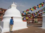 Der 49-jährige Kami Rita Sherpa betet bei der Bauddhanath Stupa in der nepalesischen Hauptstadt Kathmandu, vor seiner 23. Everest-Expedition. (Bild: KEYSTONE/EPA/NARENDRA SHRESTHA)