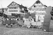 Teilnehmerinnen des ersten Frauenstreiks auf dem Dorfplatz in Stans. (Bild: Stefano Schröter/Keystone, 14. Juni 1991)