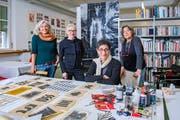 Marlies Pekarek (zweite von links) hat drei Künstlerinnen zum dreiwöchigen Austausch in ihr Atelier in der Hauptpost St. Gallen eingeladen: Geraldine Searles aus Australien (links), Huda Lutfi aus Ägypten und Primarosa Cesarini Sforza aus Italien. (Bild: Urs Bucher)