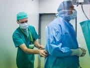 Rund einen halben Monatslohn verlieren Spitalangestellte mit Umkleiden, rechnet die Gewerkschaft vor. (Bild: Jil Lohse)