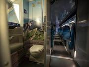 Für die Reinigung der Toiletten soll das Personal auch künftig eine «Schmutzzulage» erhalten. Darauf haben sich die Gewerkschaft des Verkehrspersonals und die SBB geeinigt. (Bild: KEYSTONE/PATRICK B. KRAEMER)
